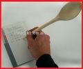 colher de madeira da escrita com caneta logo queimado