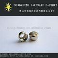 de metal con forma de anillo colgando de cuentas