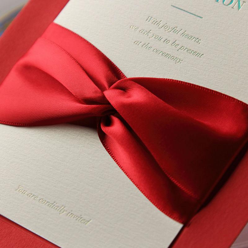 Geprägtem papier hochzeitseinladungen mit schleife, personalisierte ...