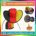 bom vendendo chapéus feitos de materiais reciclados