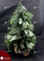 Pulgadas 18 ligeramente las heladas de aguja de pino artificial de árboles de navidad con la bolsa de yute.