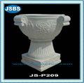 Grosse pierre sculptée populaire. pots de fleurs