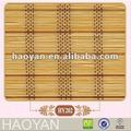 закончил бамбуковые жалюзи висит на двери