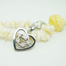 Flowers and Heart Connect Beautiful Pendant Necklace