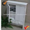 Blanco de madera montado en la pared armario de la cocina con gancho