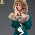 Lujosas ropa de invierno para muchacha atractiva, pieles de oveja y piel de cabrito con piel del mapache. Chaquetón elegante para mujer