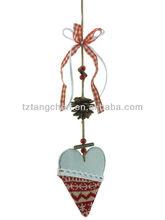 Madeira coração ornamento de suspensão com pinha