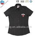 De color negro t/c slim camisa del uniforme personalizado con el logotipo bordado