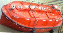 Enclosed type lifeboat