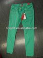 Dama de la moda verde los pantalones vaqueros ocasionales