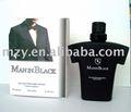 Homem italiano em preto perfume estande mercado