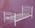 سرير من حديد واحدة بيضاء اللون