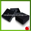 Caja negra de regalo de marca con relleno de espuma