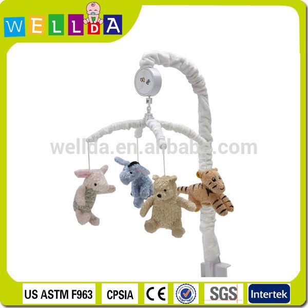 brinquedo animal de pelúcia pendurado no berço musical móvel