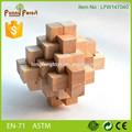 Cruz de madera del rompecabezas 3D