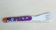 Couteau en plastique et une fourchette pour enfants