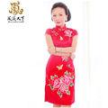 red cheongsam in traditionelle chinesische kleidung für mittleren alter