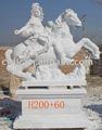 Mujer con estatua del caballo