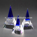 claro de cuarzo pirámide de cristal en blanco