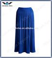 mujer de moda elegante y maxi largo volante plisado falda
