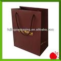 famosa marca de color rojo vino de embalaje bolsa de papel con el logotipo de