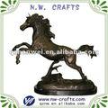 salto de caballo de bronce de la estatua de resina