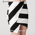 Listrado preto e branco fotos de mulheres maduras com saias curtas