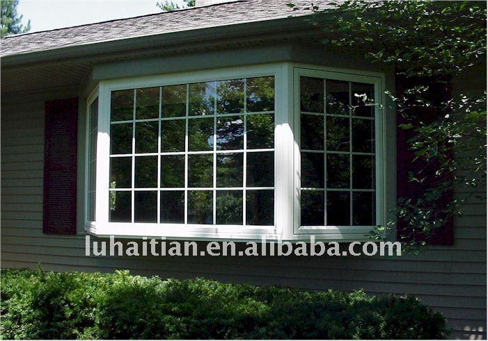 Al aire libre ventanas de la casa, balcón con ventanas de decoración rejillas