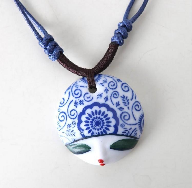 Mão escultura pintada cabeça da boneca colar. Cerâmica cordão de couro cadeia beleza rosto suéter. Cadeia de clavícula(China (Mainland))