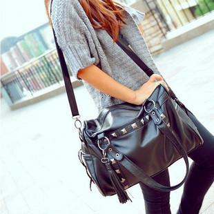 2013 corée nouvelle mode style punk rivets. gland épaule sac à main femmes fourre tout- d'allumettes, tendance noir frange en cuir messenger bag