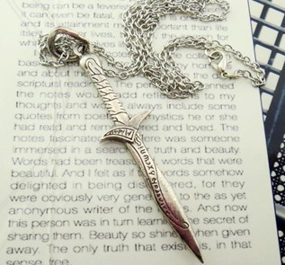 Vintage Newest design movie fan collection jewelry Edged Sword Dagger Knife Necklace Game of Throne chain necklaces(China (Mainland))