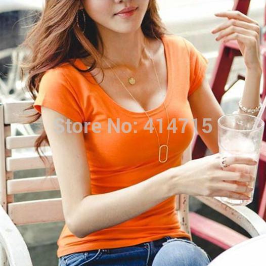 Chicas adolescentes en camisetas apretadas