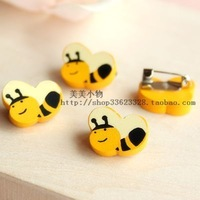 Wholesale 100 patterns free choose Cartoon wood brooch badge child safety pin gift corsage bee