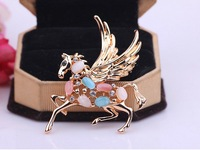 South Korean high-end gift horse crystal brooch retro metal god scarf buckle pin brooch