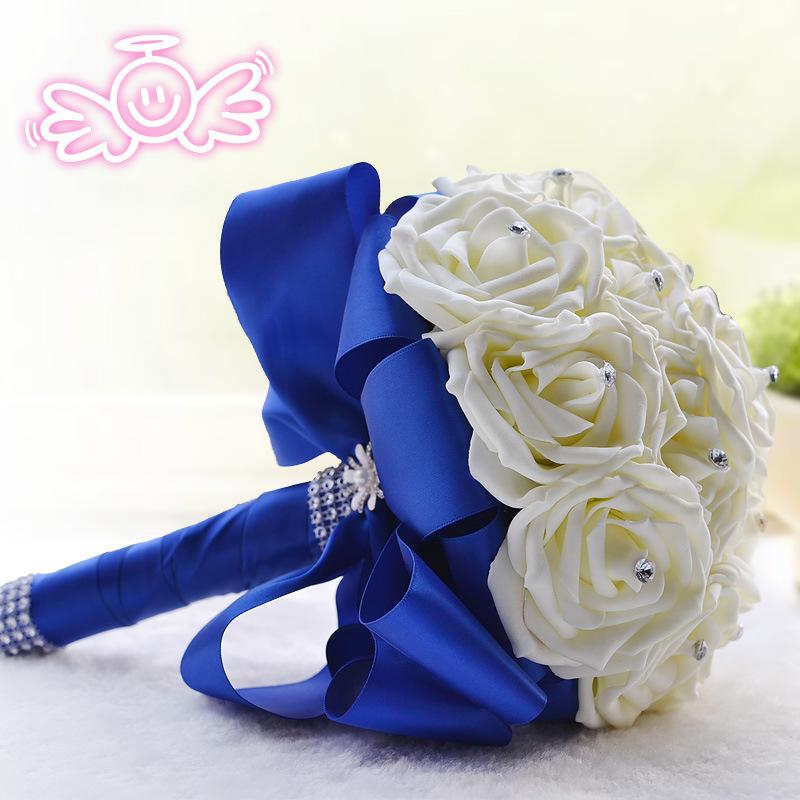 Букет невесты с розами и синими цветами