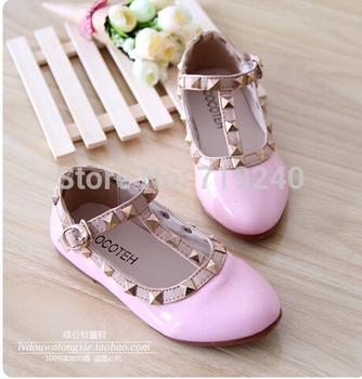 Бесплатная доставка новый 2014 осень девушка принцесса туфли заклепки плоские туфли-одиночек детская обувь