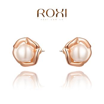 Roxi элегантные женские серьги-гвоздики ручной работы, изготовлены из розового золота (позолота), с трех разовым золотым напылением, серьги украшены белым жемчугом посредине , длина 1.3см