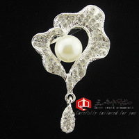 The new small fragrant wind lotus leaf brooch full of diamond pearl brooch wild temperament upscale clothing factory outlets