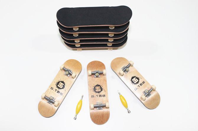 Herman 2015 nouveau professionnel en bois mini finger skate board alliage stend portant. touche. jouets pour enfants