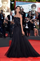 Hot Sale Black Celebrity Dresses Evening Dresses Strapless Sleeveless Handmade Flower Backless Prom Dress With Sweep Train