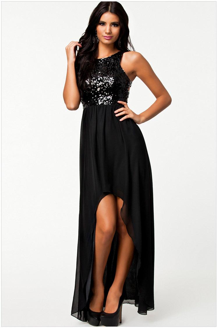 Короткое черное платье со шлейфом