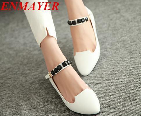 Белая модная обувь