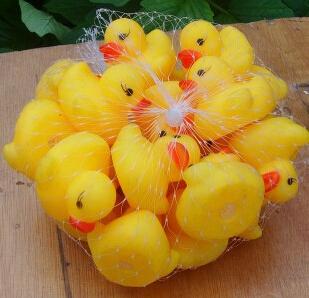 Factory price! 10,000Pcs/lot 4*4*3.1cm Mini Yellow Rubber duck PVC Bath toy Sound Floating Ducks Children Swiming Beach Gifts(China (Mainland))