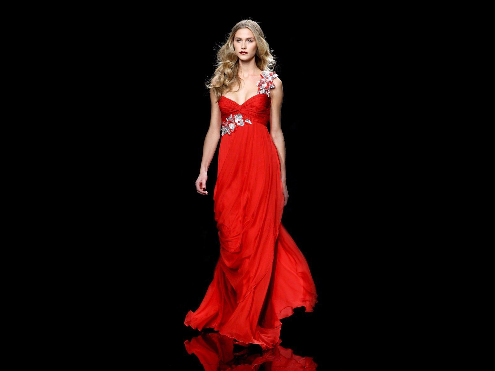 Красивые девушек в платьях вечерних