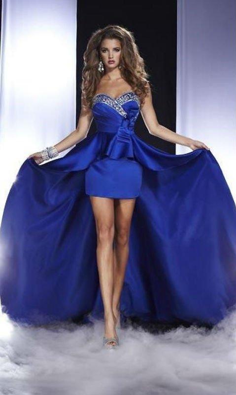 Модели в платьях для выпускного