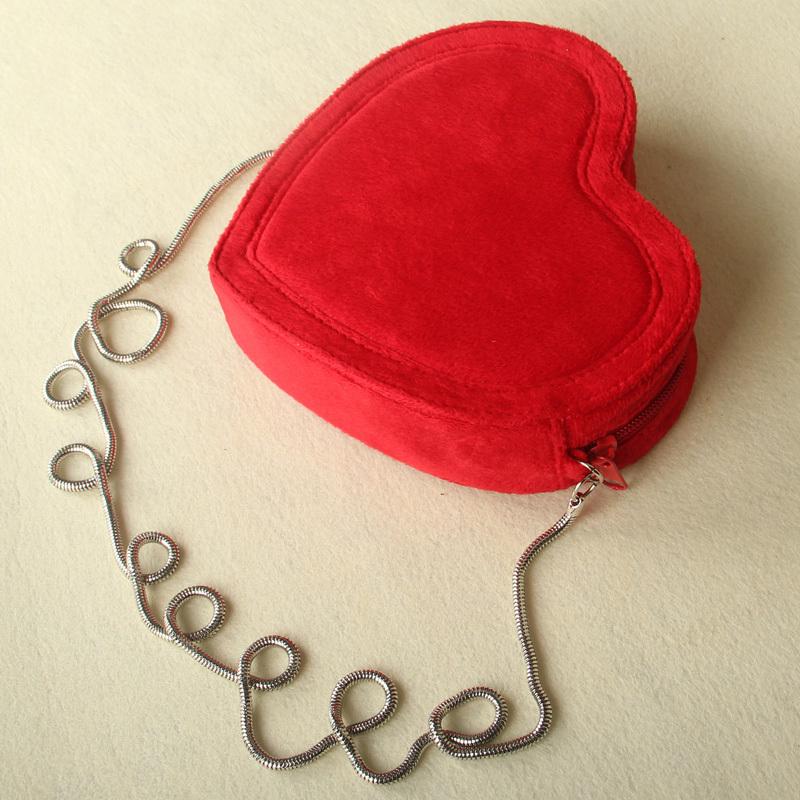 Расскажите о своих чувствах с помощью дизайнерской сумки-сердца. .  Яркая, эффектная, волнующая, она понравится...