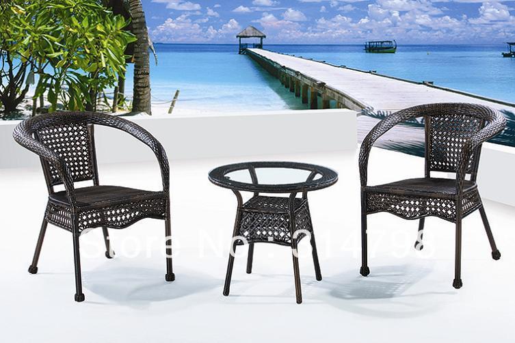 Mimbre muebles exterior incluir una mesa de café y dos silla de