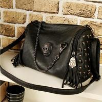 2013 locomotive black diagonal across Europe and the United States the new skeleton head rivet tassel bag portable female bags