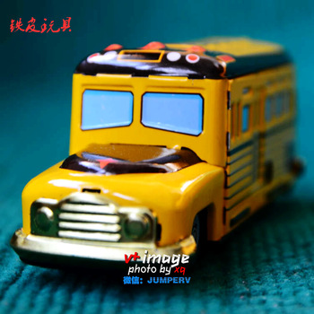 Free shipping Nostalgic classic iron sheet wind up toys big yellow school bus accidnetal 8