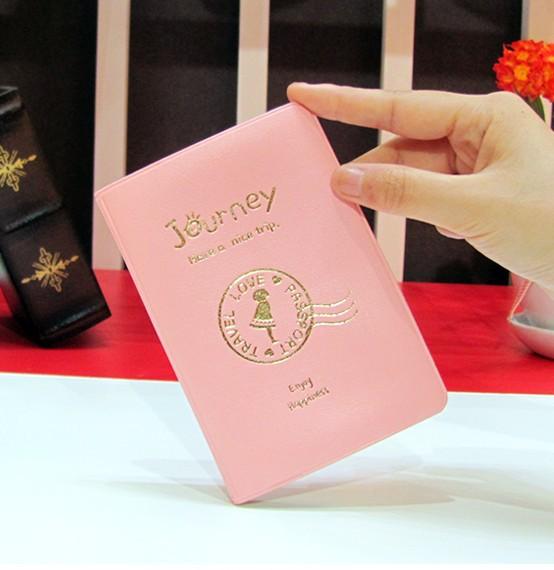Ragazza felice passaporto rosa borsa da viaggio cartella, titolare del passaporto
